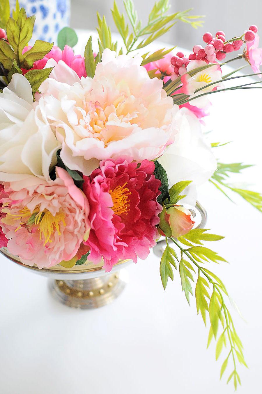 tischdekoration ideen, rosa und weiße blumen, tischdeko arrangieren, grüne zweige