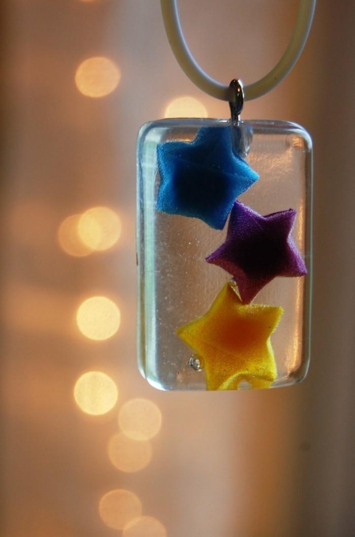 unikale-weihnachtsgeschenke-basteln-eine-kette-mit-kleinen-deko-sternen-drin