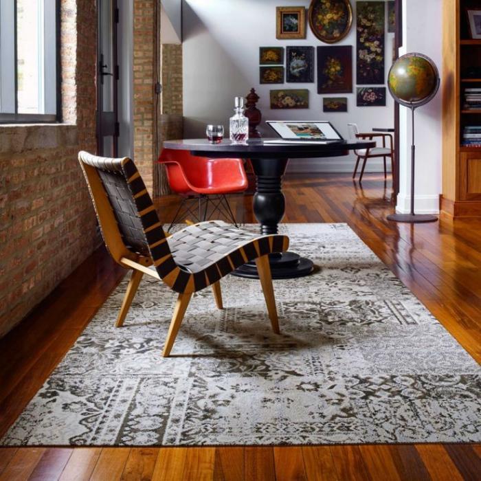 vintage-Interieur-schöner-Sessel-Ziegelwände-retro-teppich