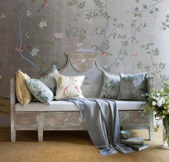 vintage-Sofa-Kissen-mit-floralen-motiven-tapete-grau-Blumen-Vögel