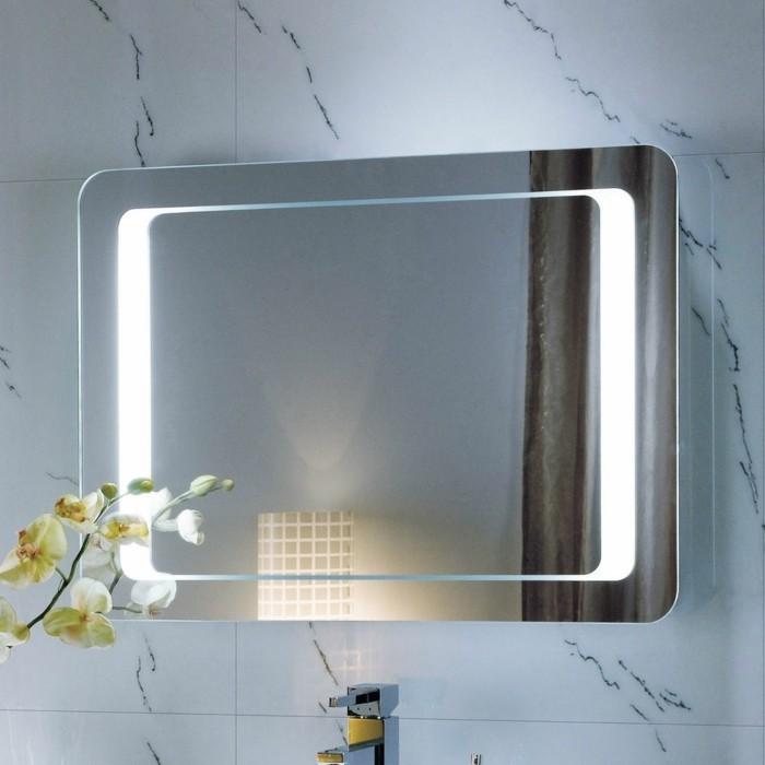 Badezimmers ? Mosaik an der Wand und Spiegel mit LED Beleuchtung