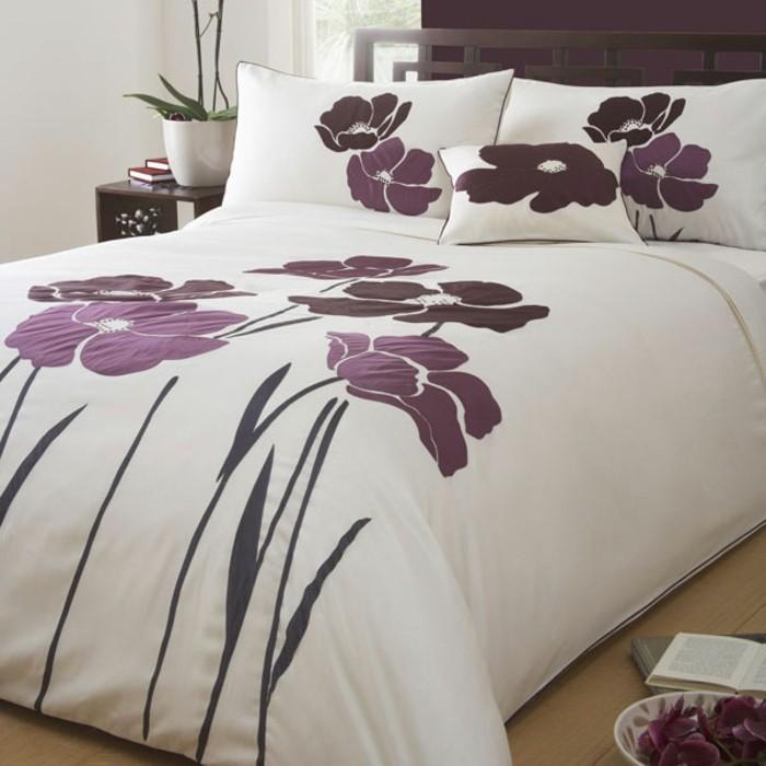 weiße-Bettwäsche-mit-blumen-lila