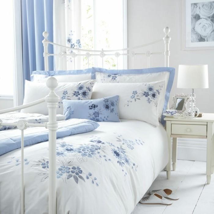 weiße-bettwäsche-blaue-akzente-modernes-design