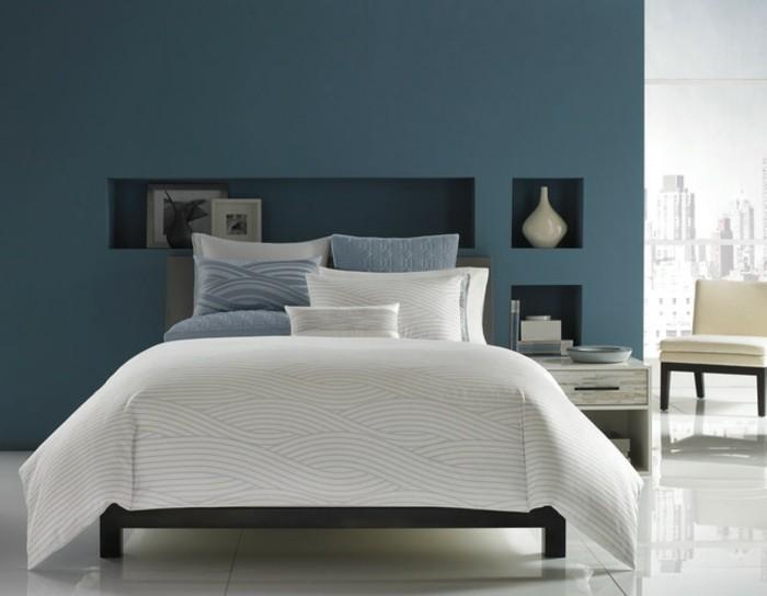 weiße-bettwäsche-blaues-schlafzimmer