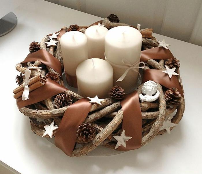 weiße-kerzen-schöner-adventskranz-moderne-weihnachtsdeko