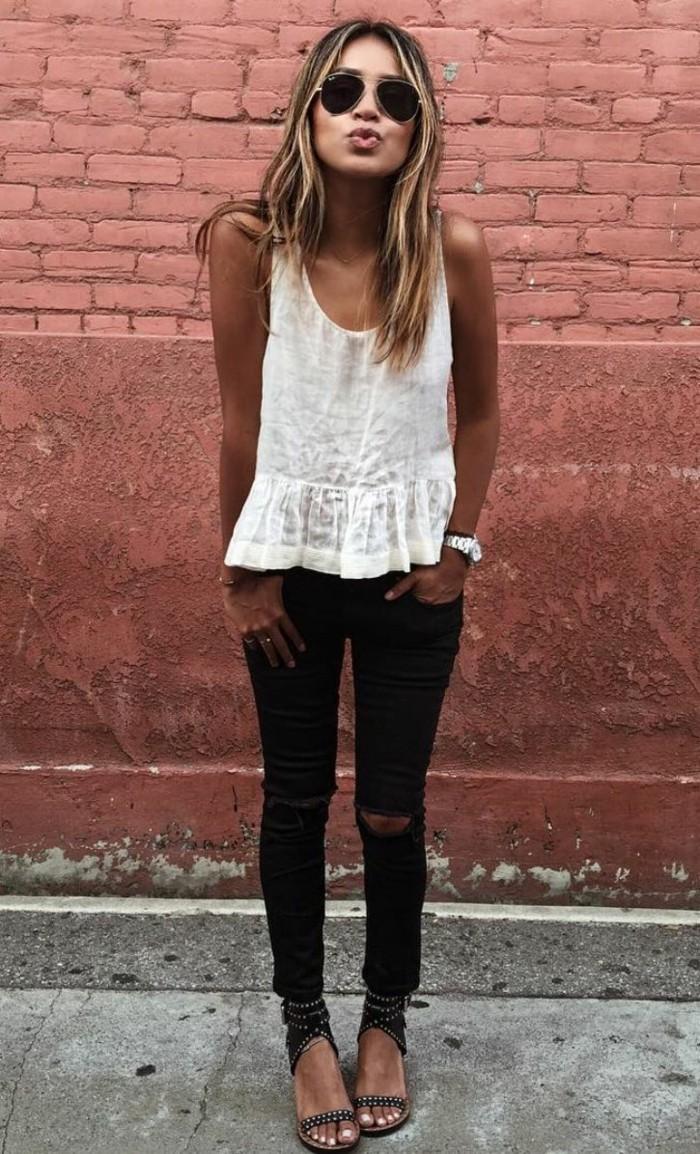 weißer-Top-schwarze-jeans-zerrissene-Jeans