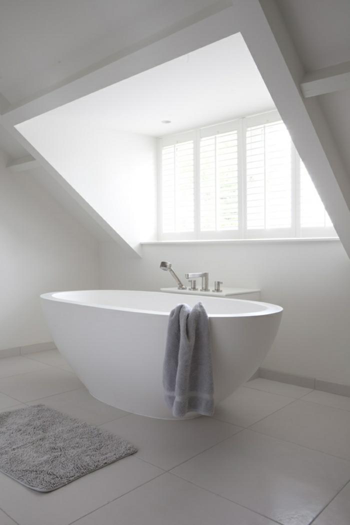 weißes-Badezimmer-Interieur-moderne-badewanne-oval