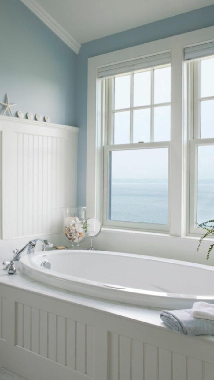 weißes-Badezimmer-mit-schönem-Ausblick-Badewanne-oval