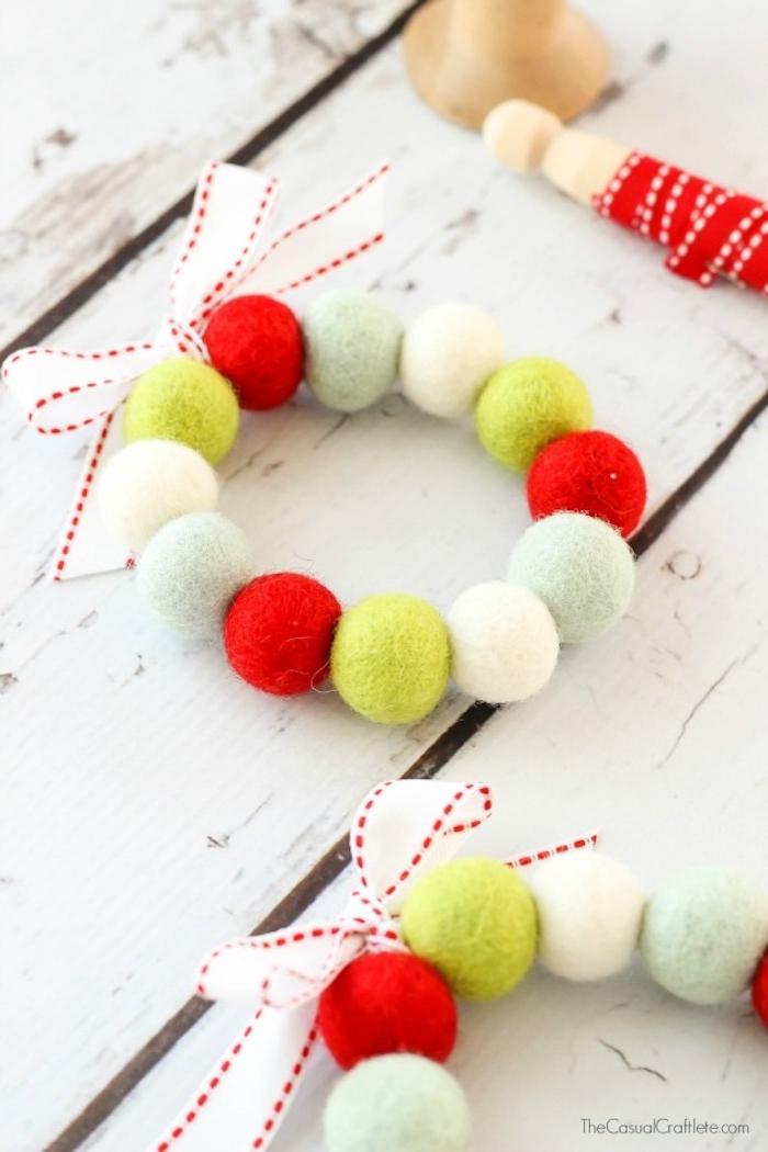 Aufhänger selber machen aus kleinen Kugeln aus Watte, DIY Weihnachtsschmuck Ideen für Groß und Klein