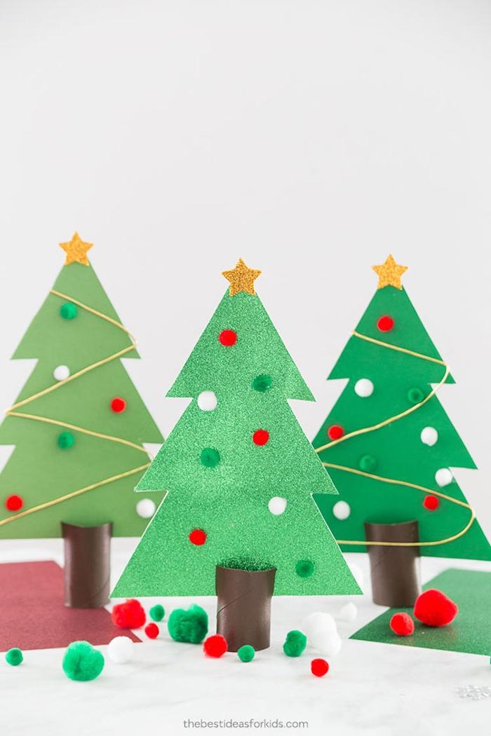 Weihnachtsbäume basteln aus Papier, kleine bunte Bommeln und Glitzer Sterne aufkleben, tischdeko Weihnachten basteln mit Kindern