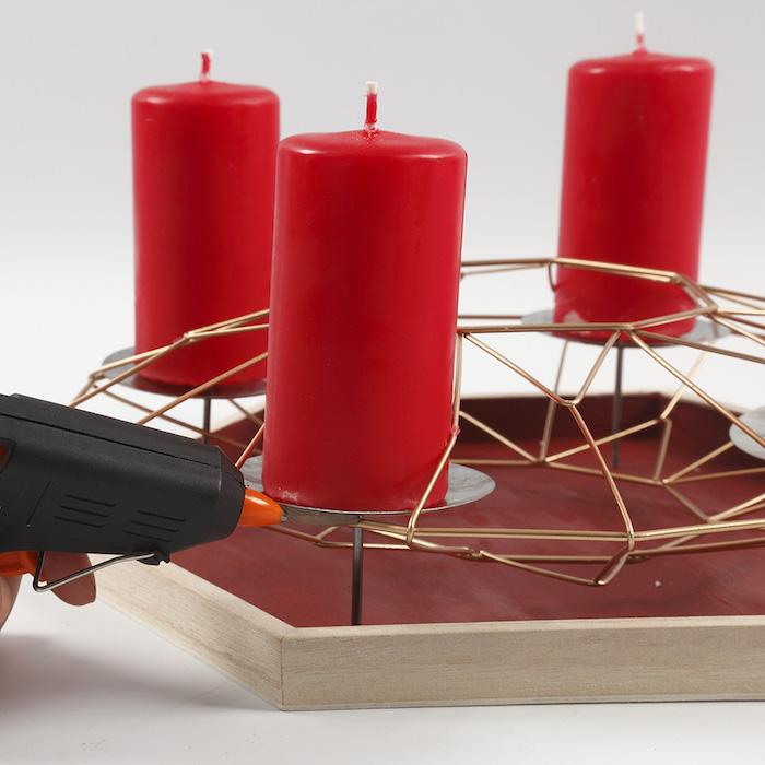 Adventskranz selber machen, Ständer aus Holz und Metall, vier große rote Kerzen