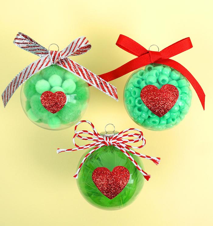 Durchsichtige Christbaumkugeln aus Glas mit grünen Bommeln, Federn und Perlen füllen, Weihnachtsbaumschmuck mit Kindern basteln