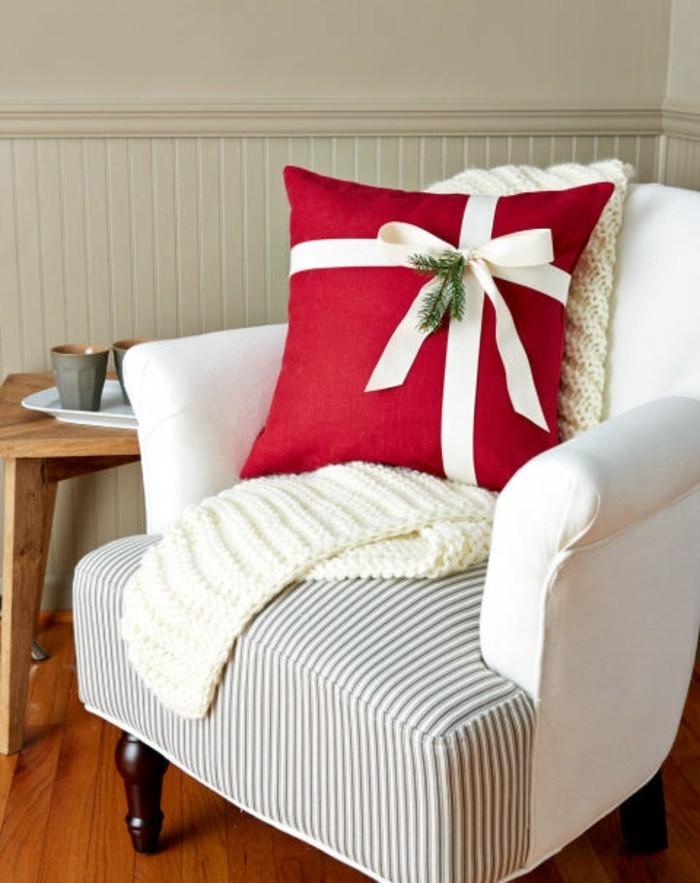 weihnachten-geschenke-zum-selbermachen-rotes-kissen-mit-weißer-schleife-nähen