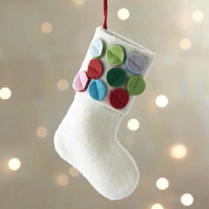 weihnachten-geschhenke-selber-basteln-eine-hängende-socke-mit-knöpfen