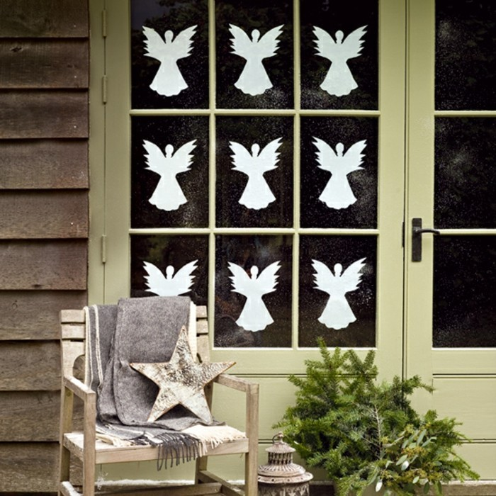 weihnachtliche-fensterdeko-unikale-gestaltung-mit-weißen-flügeln