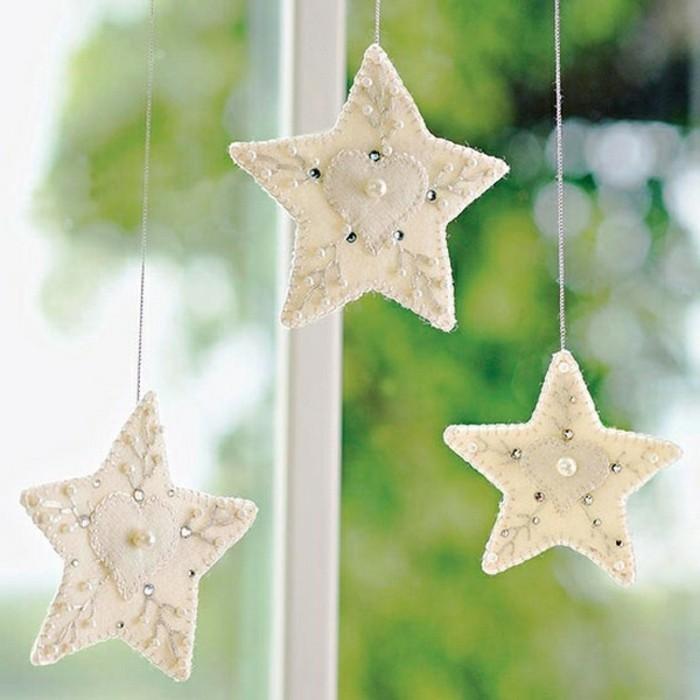 weihnachtsbastelei-unikale-weiße-hängende-sterne-am-fenster