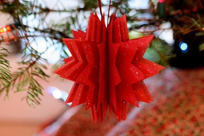 weihnachtsbasteleien-rotes-modell-aus-papier