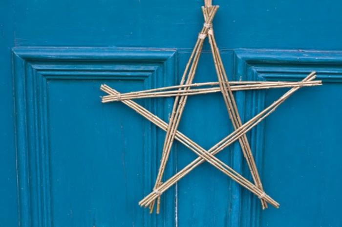 weihnachtsbasteleien-stern-design-aus-hölzernen-stöcken