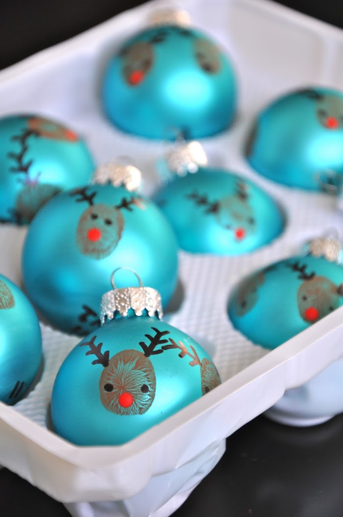 Blaue Christbaumkugeln mit Fingerabdrücken verzieren, kleine Rentiere mit roten Nasen, weihnachtsdeko basteln Kinder