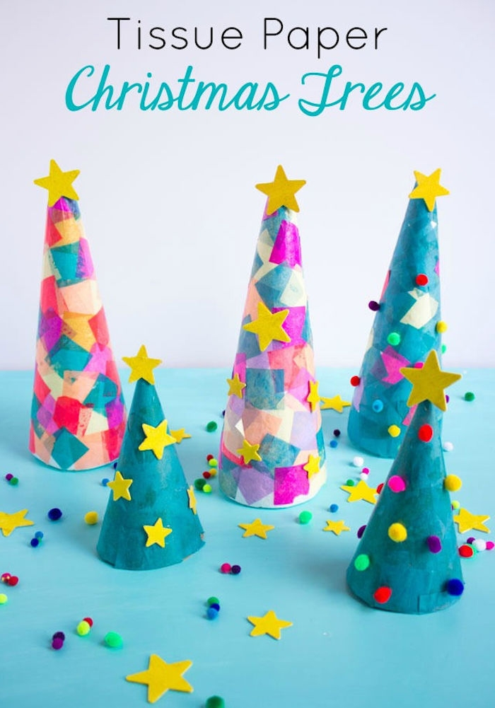Kleine Weihnachtsbäume aus Karton, mit bunten Papierstücken, Bommeln und Sternen verzieren