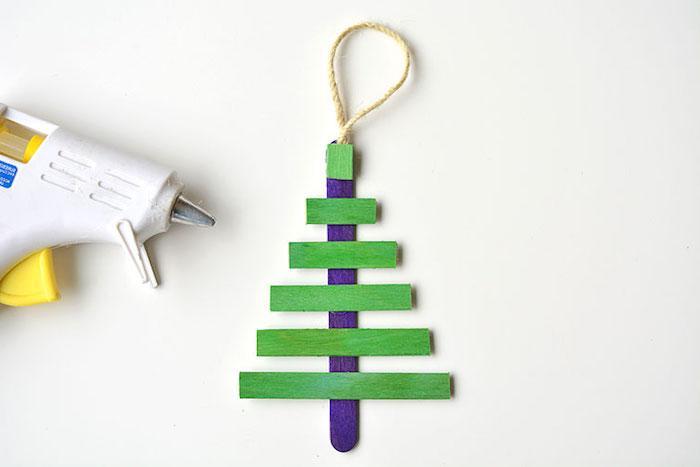 Weihnachtsbaum basteln aus Eisstielen, grün und blau ausmalen, Weihnachtsschmuck mit Kindern basteln