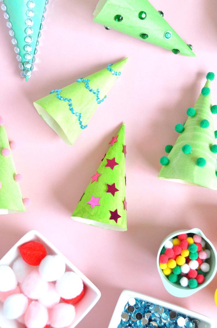 Weihnachtsbaum selber basteln, kleine Kegel aus Karton grün ausmalen, mit Bommeln, Sternen und Perlen verzieren, Bastelideen für Kinder Weihnachten
