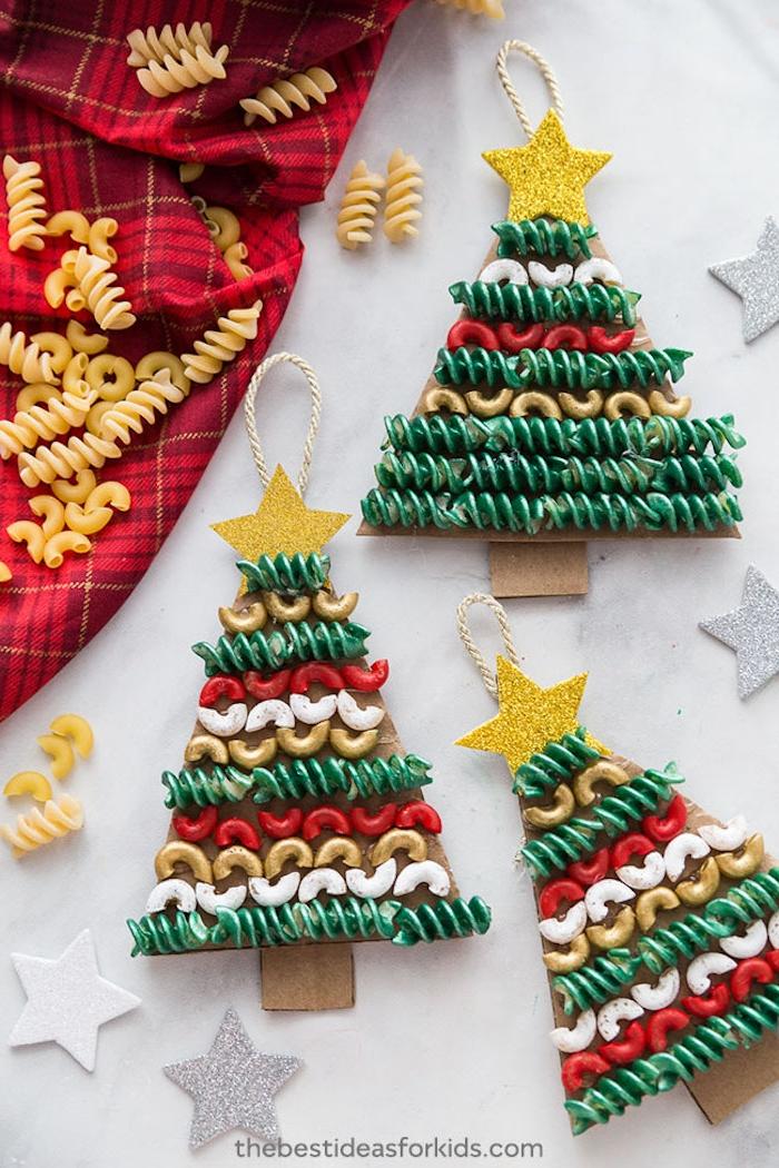 Weihnachtsbaum aus Karton schneiden, Makkaroni bunt bemalen und aufkleben, Glitzerstern aufkleben