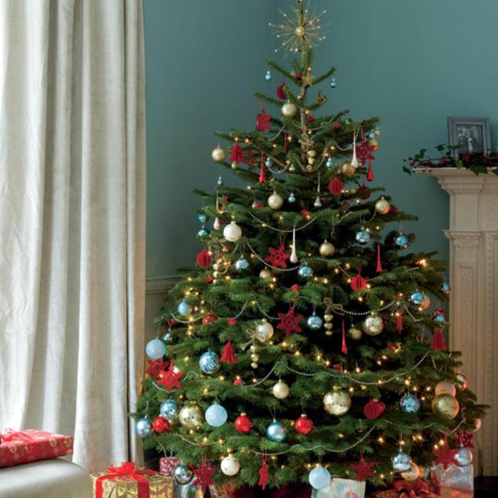 weihnachtsbaum-schmücken-girlande-blau-wand