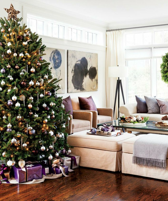 weihnachtsbaum-schmücken-grossartig-in-modern-wohnzimmer