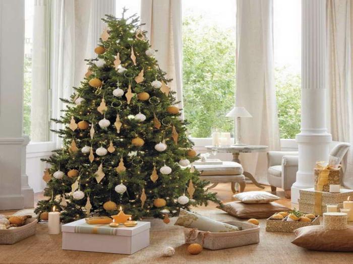 weihnachtsbaum-schmücken-in-weiss-und-orange
