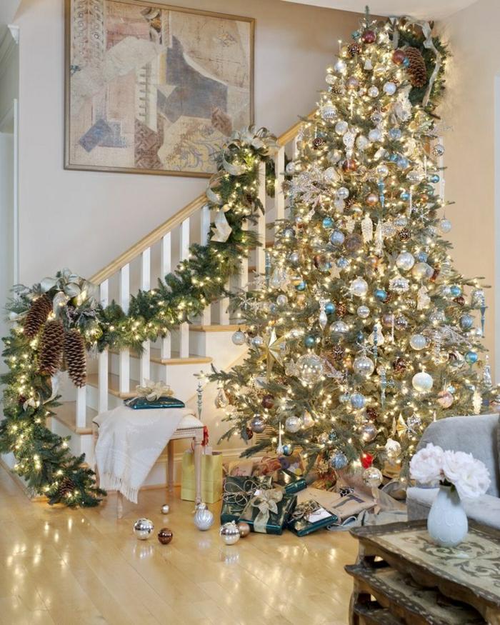 weihnachtsbaum-schmücken-in-wohnraum-mit-treppen