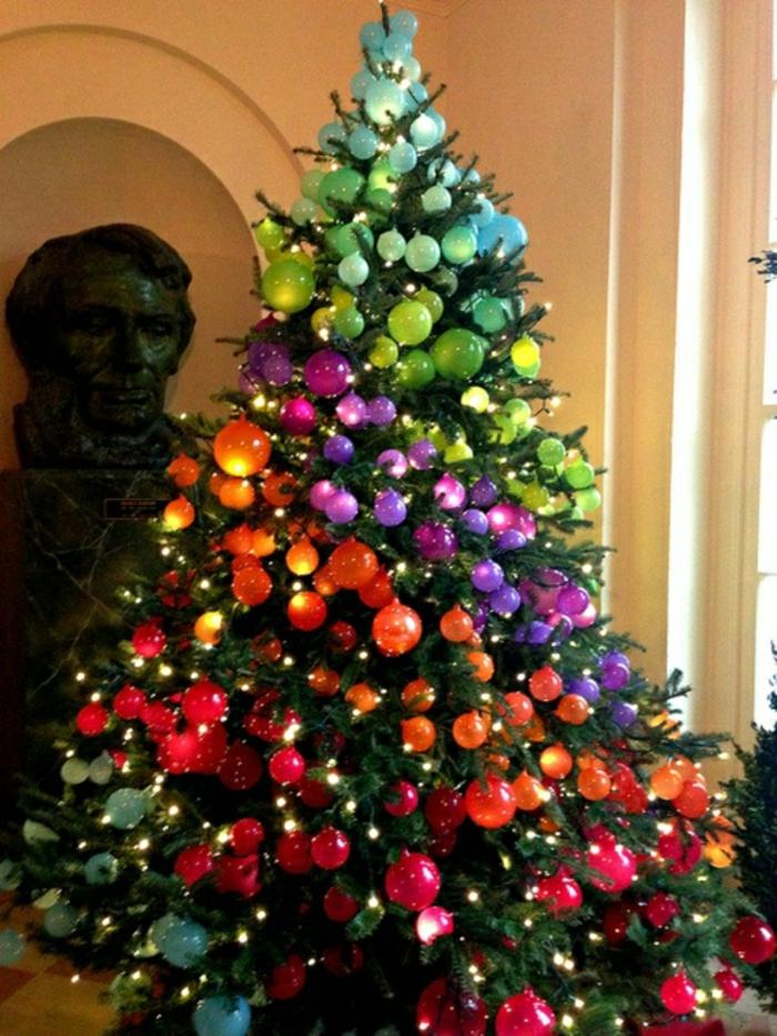 Dekorative Tannenzapfen, mit denen man den Weihnachtsbaum schmücken ...