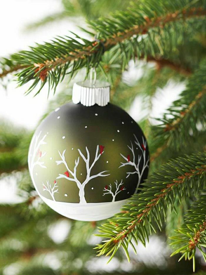 weihnachtsbaum-schmücken-mit-kugel