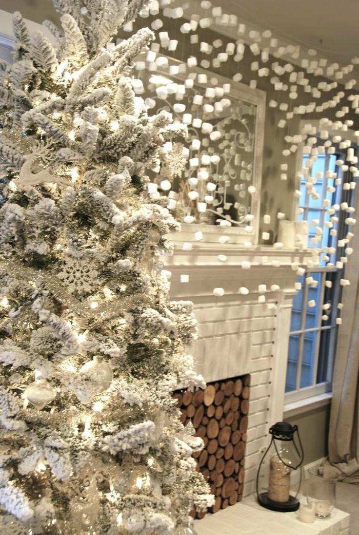 weihnachtsbaum-schmücken-mit-schnee