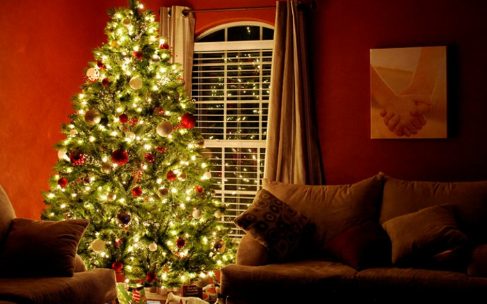 weihnachtsbaum-schmücken-rot-gold-beleuchtet
