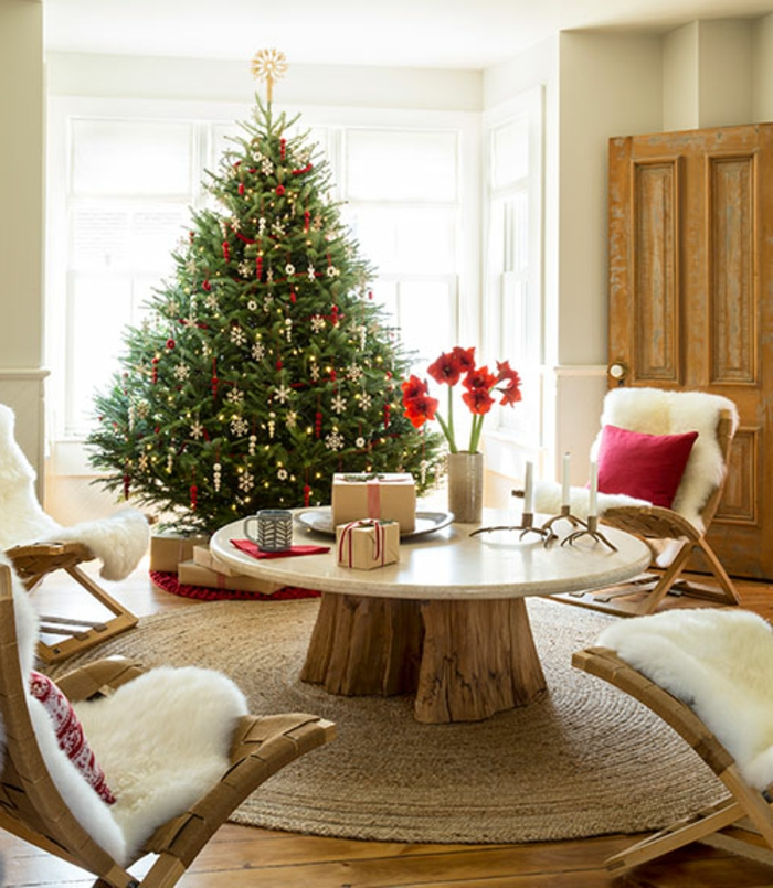 weihnachtsbaum-schmücken-und-runder-tisch-im-wohnraum