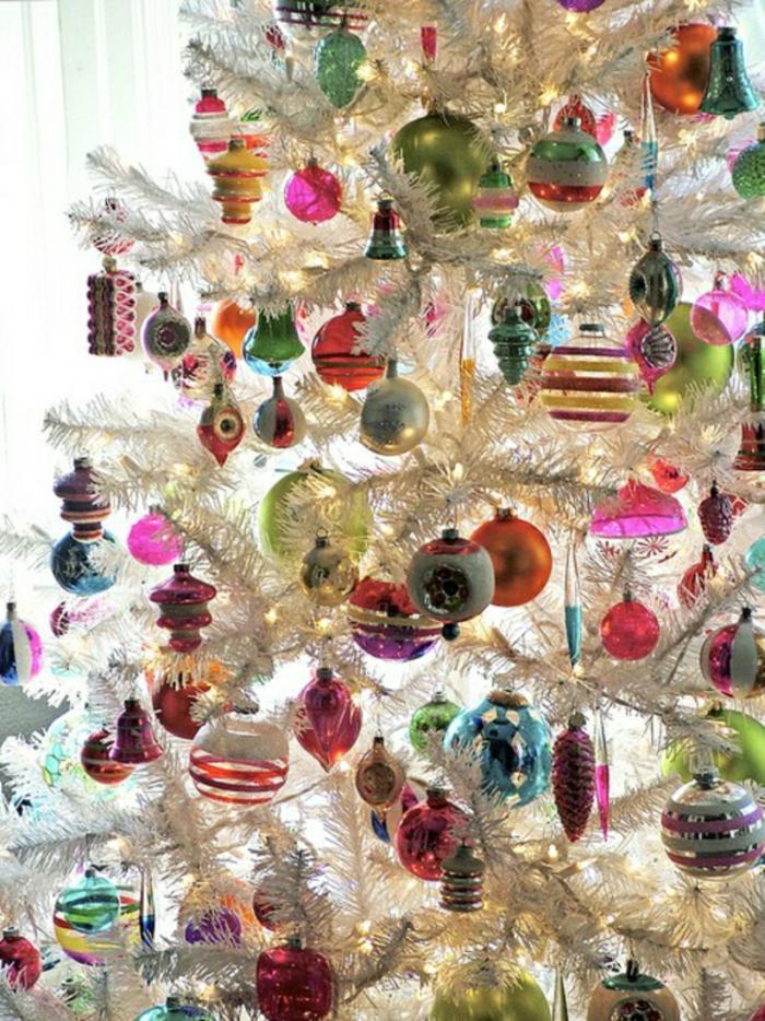 weihnachtsbaum-schmücken-weiss-bunte-deko