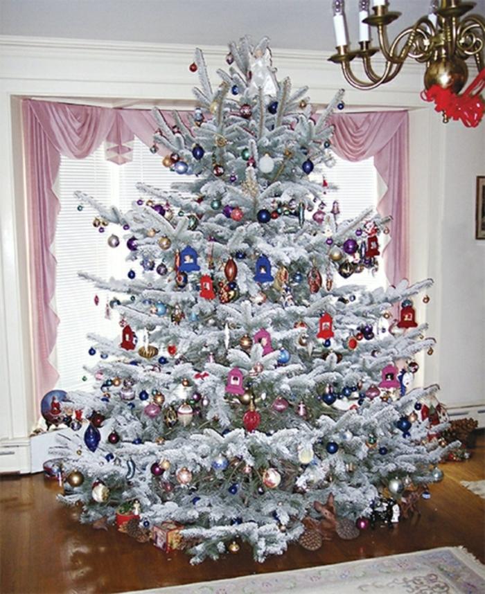 weihnachtsbaum-schmücken-weiss-in-klassisch-wohnzimmer