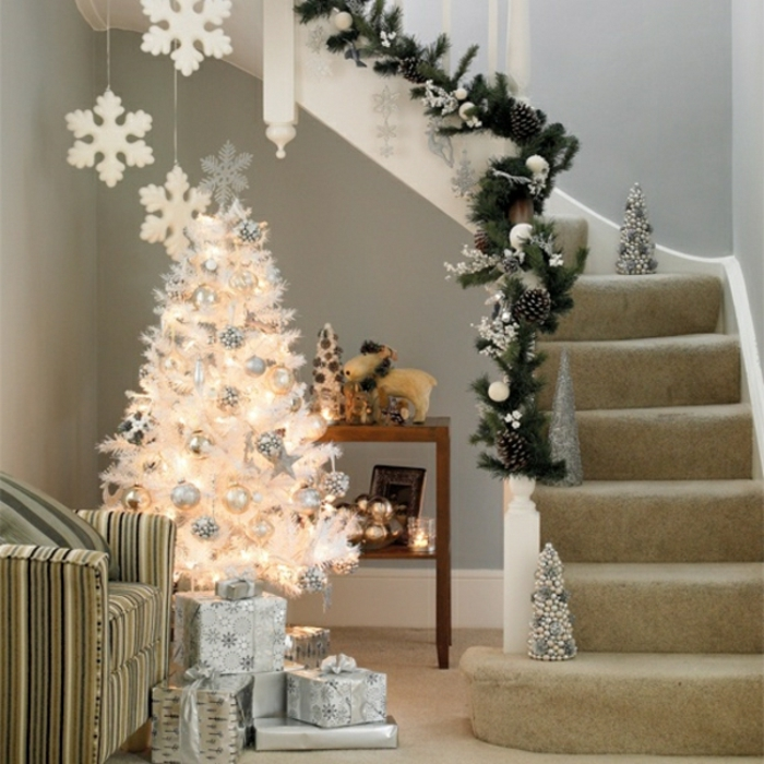 weihnachtsbaum-schmücken-weiss-tannenbaum-und-deko