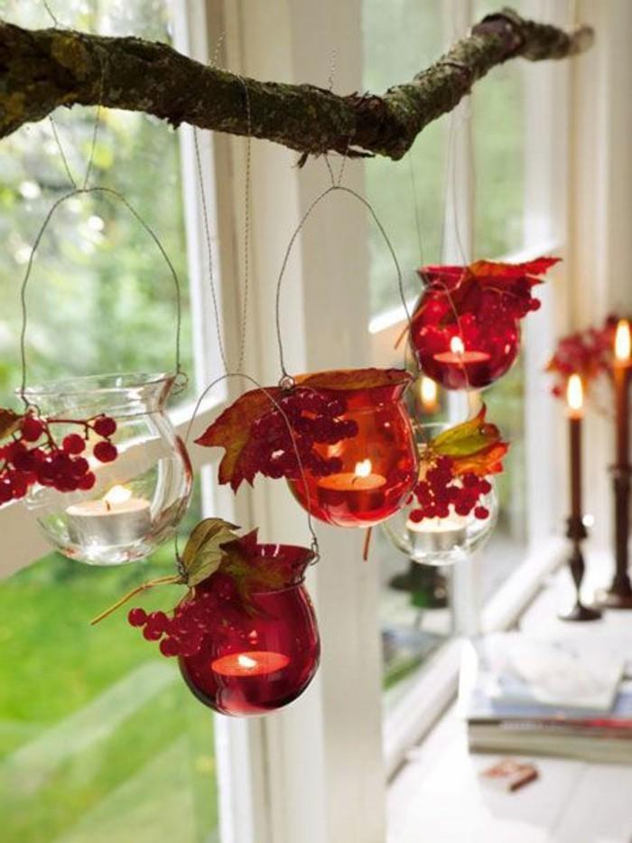 weihnachtsdeko-fenster-wunderschöne-rote-hängende-elemente
