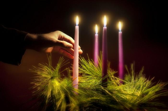 schöner adventskranz mit langen lila kerzen