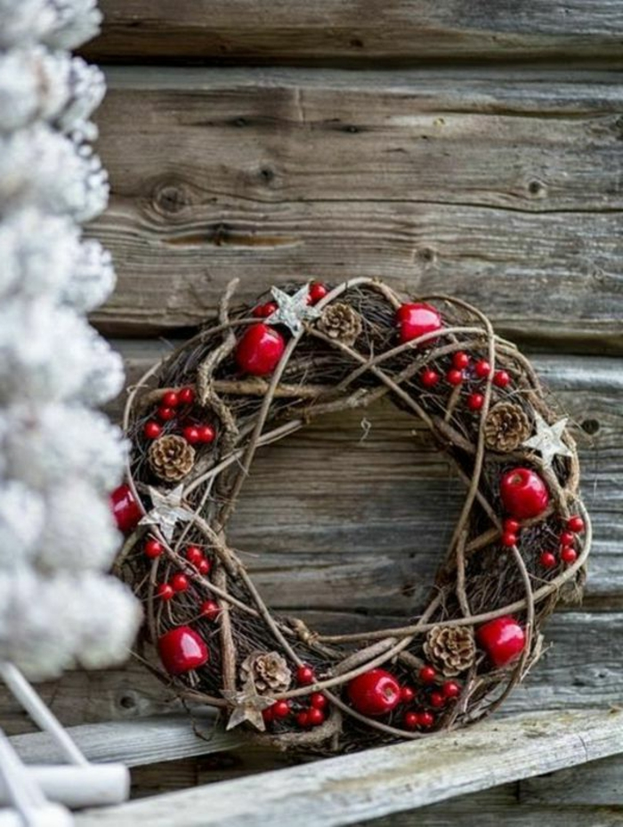 weihnachtsdeko-selber-basteln-rote-tolle-bäller-und-adventskranz-aus-holz