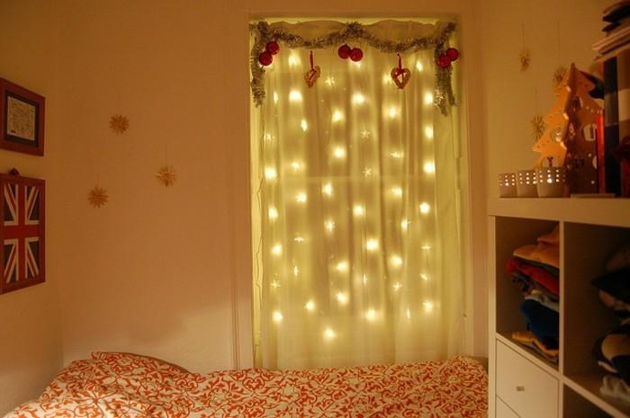 weihnachtsfensterdeko-durchsichtige-gardinen-hängende-leuchten