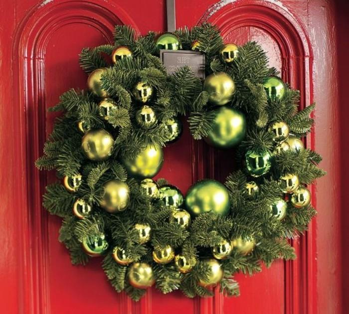 weihnachtsgeschenke-selber-basteln-grüner-kranz-an-der-roten-tür