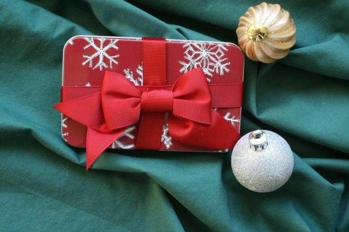 weihnachtsgeschenke-selber-basteln-rote-schleife-fürs-handy