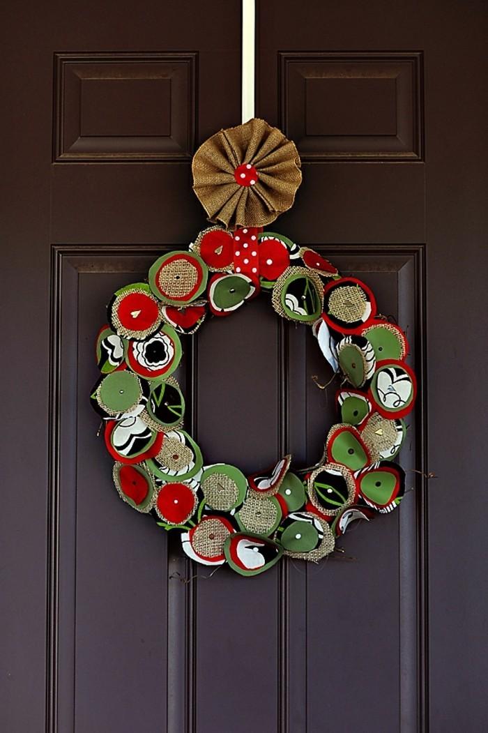 weihnachtsgeschenke-selber-machen-hängender-bunter-kranz