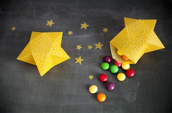 weihnachtssterne-basteln-zwei-gelbe-designs-mit-süßigkeiten
