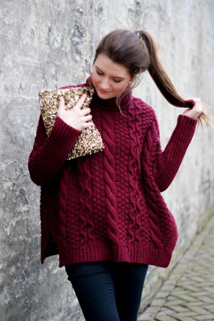 weinroter-irischer-pullover-für-Damen-Zopfen-Muster-goldener-Clutch