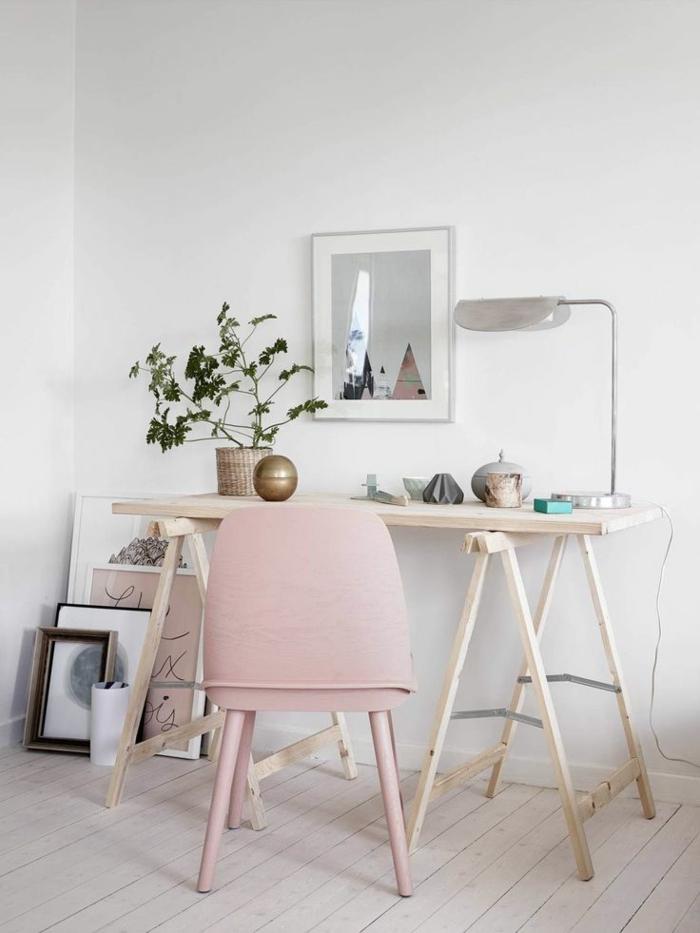 wohnungseinrichtung-ideen-fürs-Arbeitszimmer-einfacher-hölzerner-Schreibtisch-rosa-Stuhl