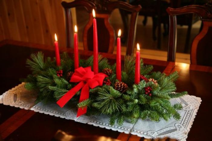 wunderschöne-adventskranz-deko-mit-roten-kerzen